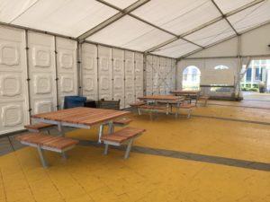 Picknicktafels in de tent